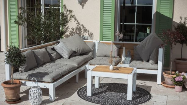 Modernes Lounge Set aus Holz fuer den Garten