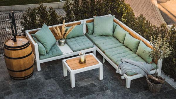 Gartenmöbel modern, besonders und aus Massivholz. Auf einer Terrasse dekoriert als Set aneinander gestellt