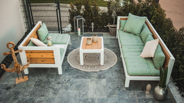 Gartenmöbel modern und aus Massivholz. Zwei Holzlounges gegenüber gestellt
