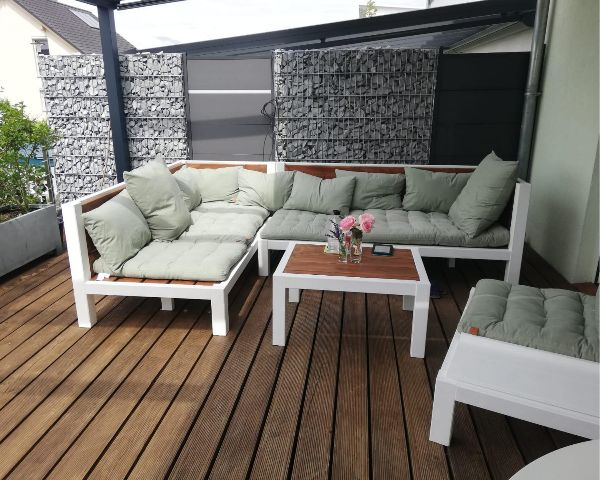 Exklusive Lounge aus Massivholz in modernem Design auf der Holzterrasse