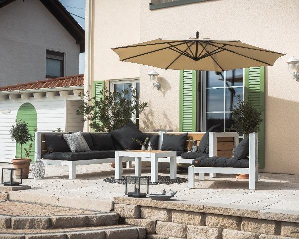 Moderne Lounge aus Massivholz im Garten vor dem Haus
