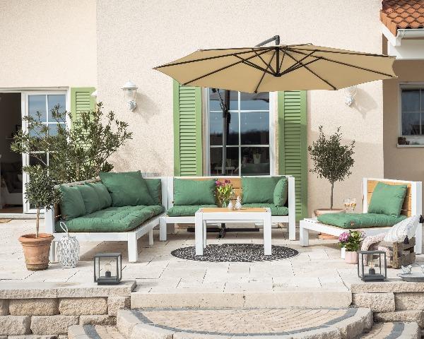 Holzlounges im Toskana Stil auf der Terrasse