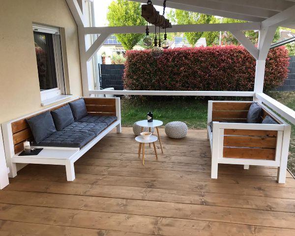 Gartenmöbel Lounge Set aus Massivholz für sechs Personen auf der Terrasse im Garten