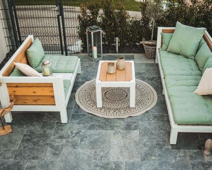Lounge Set aus Massivholz mit modernen und gemütlichen Kissen auf der Terrasse