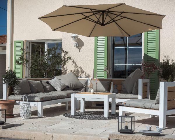 Modernes Lounge Set aus Massivholz auf der Terrasse
