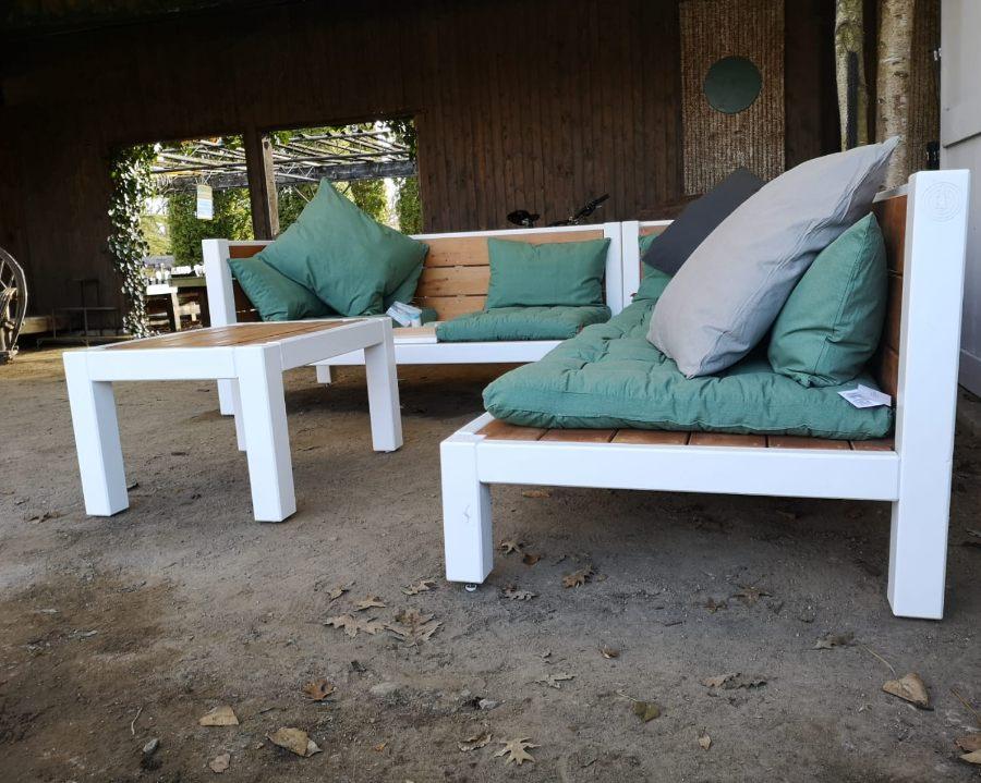 Lounge aus Massivholz auf dem Bauernhof
