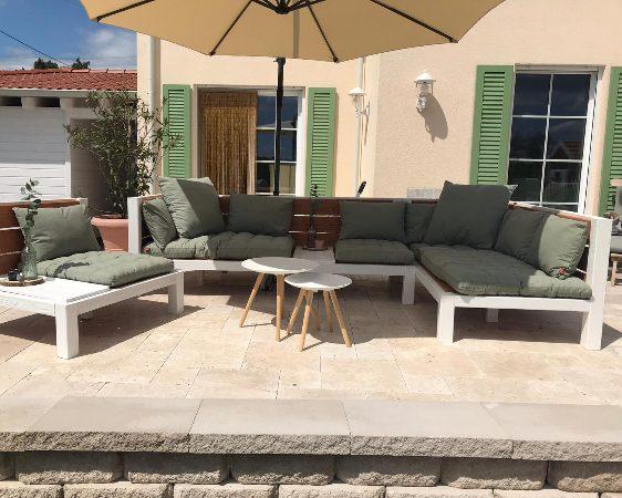 Massive Lounge aus Holz auf der Terrasse im Toskana Stil