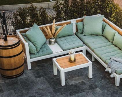 Massive Lounge aus Holz im Garten. Modern und exklusiv