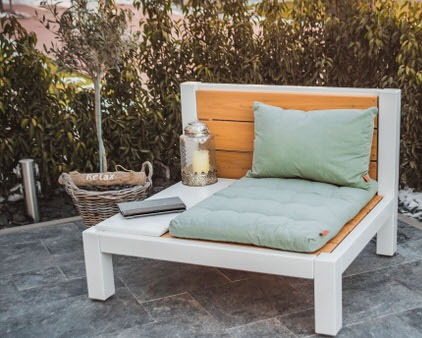 Loungesessel mit liebevoller Deko auf der Terrasse