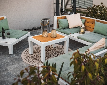 Massive Lounge aus Holz auf der Terrasse