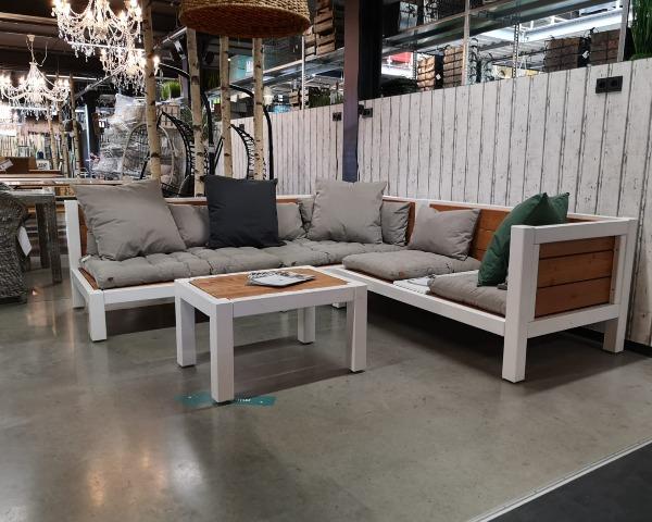 Gartenmöbel aus Massivholz im Dekogeschäft