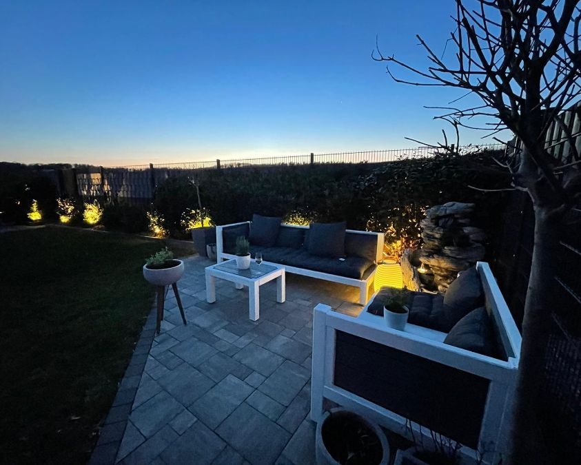 Lounge aus Massivholz bei Nacht