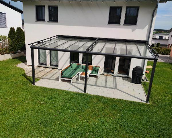 Gartenmoebel auf der Terrasse vor dem Haus