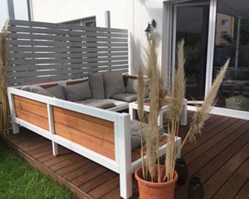 Holzlounge im Garten auf Terrasse